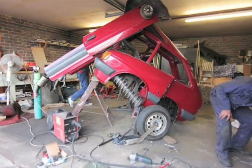 Старенький Ford Fiesta превращается... (16 фото)