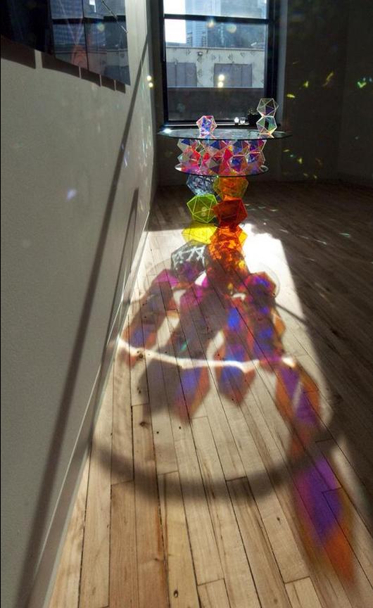 Настоящий шедевр: Стеклянный сверкающий стол (14 фото)