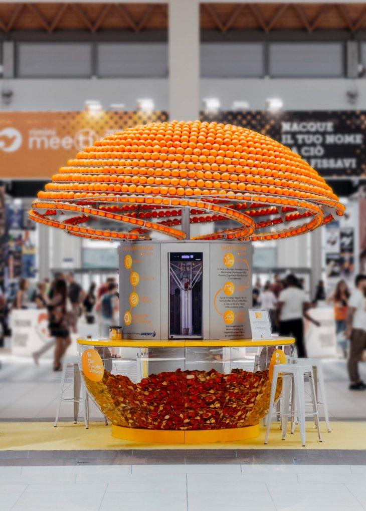 Удивительный автомат который отжимает сок, а апельсиновые корки перерабатывает в стаканчики ❘ фото + видео