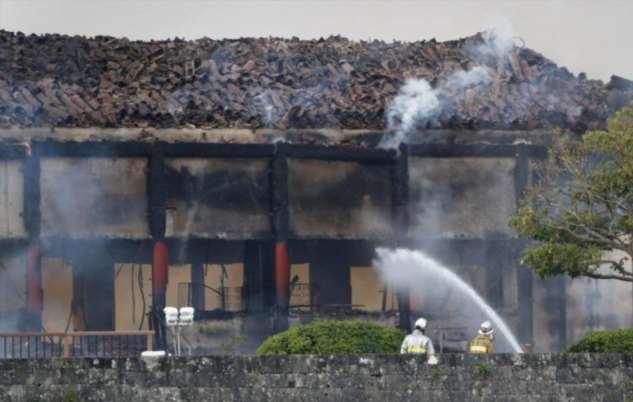 В Японии сгорел замок XIV века (5 фото)