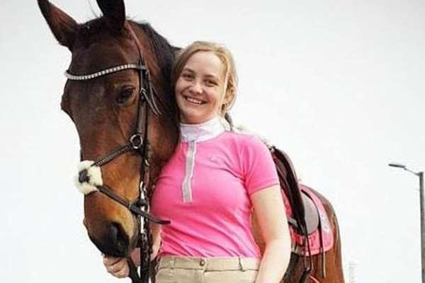 Девушка приготовила и съела любимого коня ❘ фото
