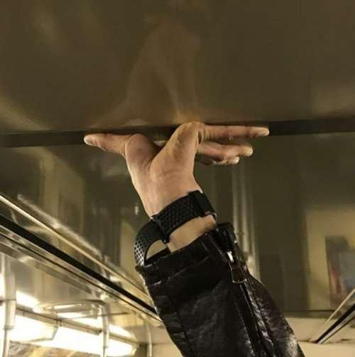 13 фотографий, показывающих, как люди держатся в метро