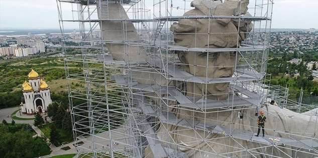 В Волгограде: «Родина-мать зовёт» оделась в строительные леса
