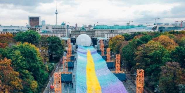 Это надо видеть: Инсталляция в честь 30-летия падения Берлинской стены ❘ видео