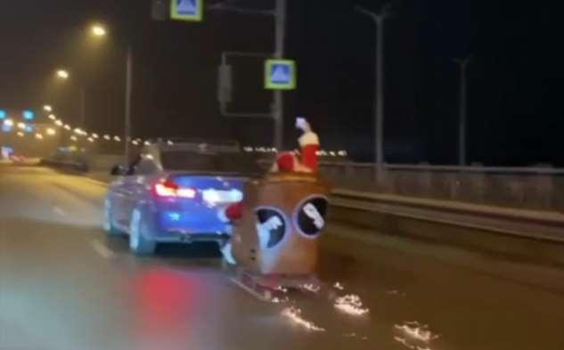 В Ростове-на-Дону водитель катал Деда Мороза на санях, прицепленных к машине. Его оштрафовали ❘ видео