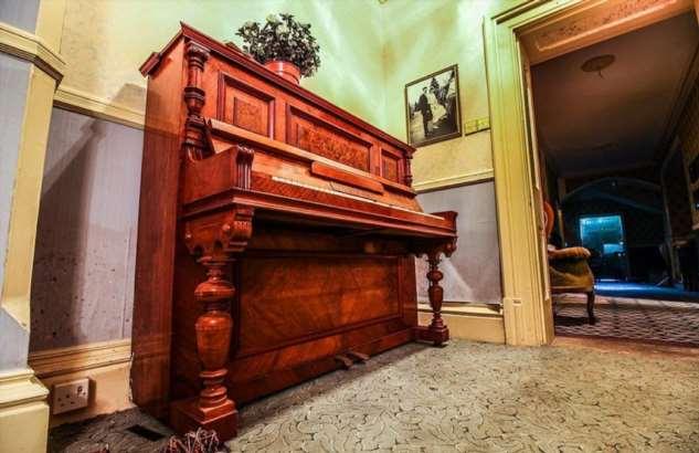 Таинственный 150-летний особняк, оставленный людьми более десяти лет назад, практически нетронут ❘ фото