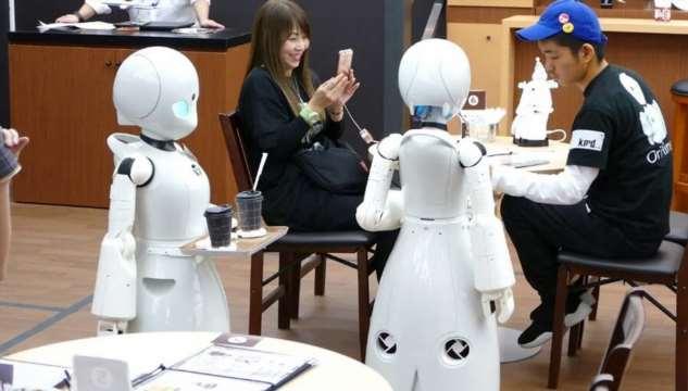 Благодаря роботам парализованные люди могут работать и ходить