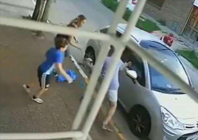8-летний мальчик не побоялся дать сдачи грабителю, атаковавшему его маму  ❘ видео