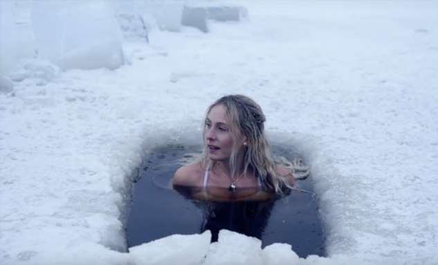 Женщина надела купальник, отправилась в прорубь и показала зарядку по-шведски (видео)